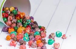 Pipoca cristalizada brilhantemente colorida, fundo branco A imagem horizontal da comida lixo, fruto flavored a pipoca na luz - ba fotos de stock