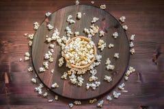 Pipoca de sal na tabela de madeira Fotografia de Stock Royalty Free