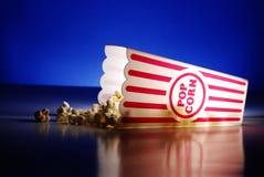 Pipoca de um petisco do filme do teatro Fotos de Stock
