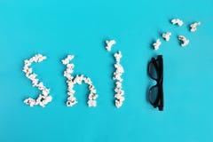 Pipoca e vidros 3D no fundo azul Passatempo, entretenimento e cinema do conceito Conceito mau do filme imagens de stock royalty free