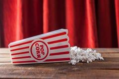 Pipoca na caixa clássica do serviço do cinema no fundo de madeira com re Imagem de Stock Royalty Free