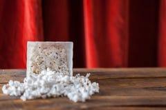 Pipoca na caixa clássica do serviço do cinema no fundo de madeira com re Foto de Stock Royalty Free