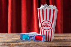 Pipoca na caixa do serviço do cinema e nos vidros 3D clássicos para Wathcin Imagem de Stock