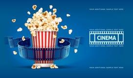 A pipoca para o cinema e o cinema bobinam no fundo azul Fotografia de Stock