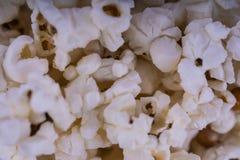 Pipoca salgada dispersada, fundo da textura do alimento Fastfood popular durante um filme em um cinema Textura da pipoca Pipocas fotografia de stock