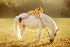 Pippi Longstocking mit ihrem Pferd lizenzfreie stockfotos