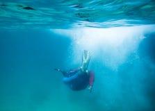 Piqué de plongeur dans l'océan et les bulles Image libre de droits