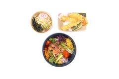 pique a bacia e o udon e o tempura combinados no branco Imagem de Stock