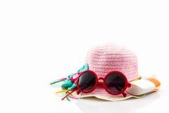Pique el sombrero tejido con la loción del cuerpo y gafas de sol rojas Fotos de archivo libres de regalías