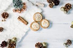Pique la endecha plana de la Navidad de las empanadas y de los palillos de canela fotos de archivo
