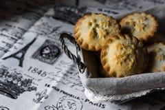 Pique las empanadas en una cesta de mimbre en el paño de lino del vintage, visión superior, copyspace Imagenes de archivo