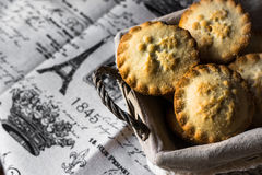 Pique las empanadas en una cesta de mimbre en el paño de lino del vintage, visión superior, copyspace Foto de archivo libre de regalías