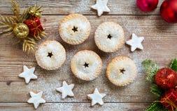 Pique las empanadas y las estrellas del canela con las decoraciones de la Navidad Foto de archivo