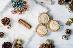 Pique las empanadas y los palillos de canela Endecha del plano de los días de fiesta de la Navidad foto de archivo libre de regalías