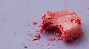 Pique los macarrones mordidos con las migas en fondo púrpura Fotografía de archivo libre de regalías