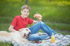 Pique-nique avec le chien Images libres de droits