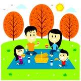 Pique-nique d'amusement de famille au parc Photos libres de droits
