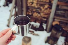 Pique-nique d'hiver sur la neige Coeur chaud de thé, de thermos et de boule de neige sur la couverture chaude confortable Photo stock