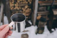 Pique-nique d'hiver sur la neige Coeur chaud de thé, de thermos et de boule de neige sur la couverture chaude confortable Image stock