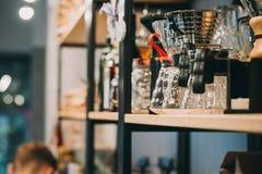 Pique-nique d'intérieur d'été sur la vieille table rustique Fraîchement brassé versez au-dessus du café, dispositif d'écoulement Photo stock