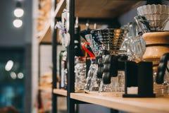 Pique-nique d'intérieur d'été sur la vieille table rustique Fraîchement brassé versez au-dessus du café, dispositif d'écoulement Image stock