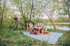 Pique-nique d'?t? de conception en nature Sur le plaid est un panier de nourriture photographie stock libre de droits
