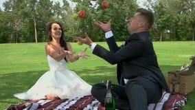 Pique-nique d'un couple de mariage banque de vidéos