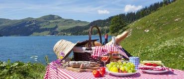 Pique-nique dans les alpes françaises avec le lac Image libre de droits