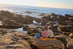 Pique-nique de couples sur la plage Image stock