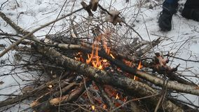 Pique-nique de feu de camp d'hiver banque de vidéos