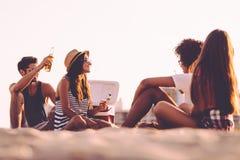 Pique-nique de plage avec des amis Photos libres de droits