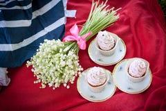 Pique-nique et fleurs et petits gâteaux Photo libre de droits