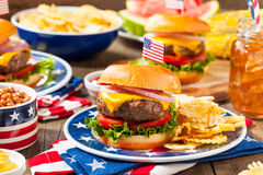 Pique-nique fait maison d'hamburger de Memorial Day image stock