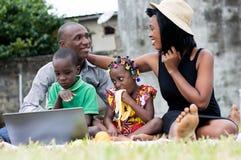 Pique-nique heureux de famille au parc images libres de droits