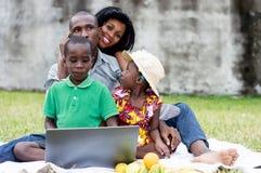 Pique-nique heureux de famille au parc photos libres de droits