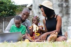 Pique-nique heureux de famille en parc photo libre de droits