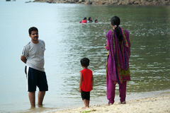 Pique-nique indien de famille sur la plage Photographie stock libre de droits