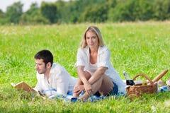 Pique-nique - les couples romantiques ont affiché des prés de livre Image libre de droits