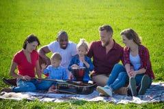 Pique-nique multiracial de famille avec des instruments de musique Photographie stock
