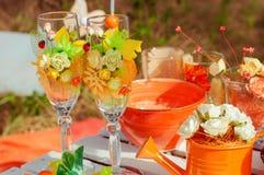 Pique-nique orange avec des fleurs et des verres d'oranges Photo libre de droits