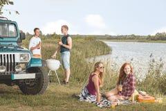 Pique-nique par le lac Photographie stock libre de droits