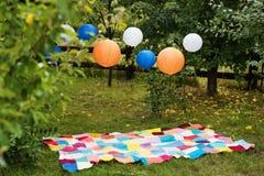 Pique-nique plaçant dehors avec les lampions de plaid et Célébration, concept de partie, romance, thème de date d'amour Photo stock