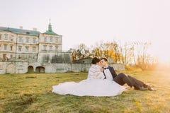 Pique-nique romantique entre le marié et la jeune mariée dans le jardin du château démodé pendant le coucher du soleil Plan rappr Photographie stock libre de droits
