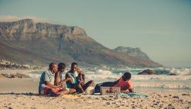 Pique-nique sur la plage sablonneuse Photographie stock libre de droits