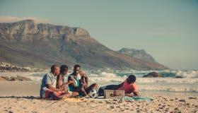 Pique-nique sur la plage sablonneuse Photographie stock