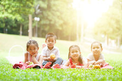 Pique-niques asiatiques heureux d'enfants extérieurs Images stock