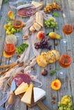 Pique-niquez sur la plage au coucher du soleil dans le style de boho, nourriture et buvez concentré Image stock