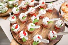 Pique a sobremesa colorida da morango no vidro de tiro, bufete de abastecimento Imagens de Stock Royalty Free