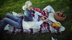 Piquenique da família no parque na grama vídeos de arquivo