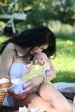 Piquenique da mãe e da filha imagem de stock royalty free